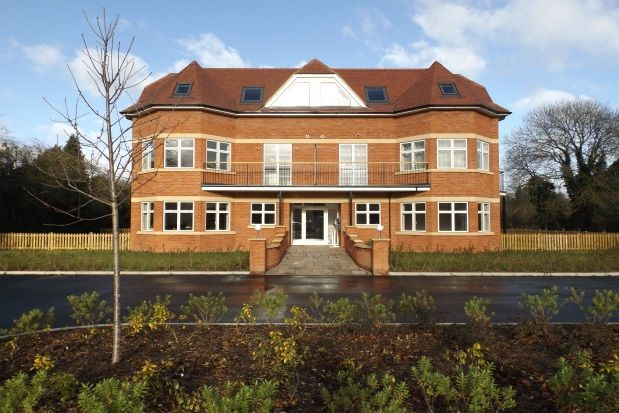 Thumbnail Flat to rent in Bath Road, Taplow, Maidenhead