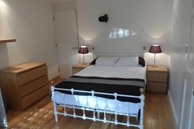 Room to rent in Cloysters Green, St Katharines Dock, Wapping E1W