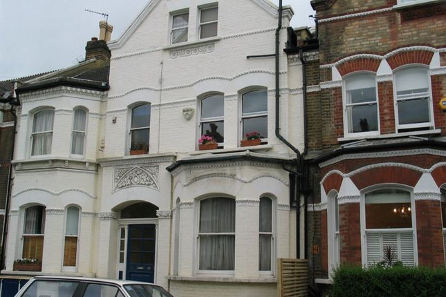 Flat to rent in Lavender Gardens, London