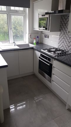 Thumbnail Flat to rent in The Avenue, Coulsdon