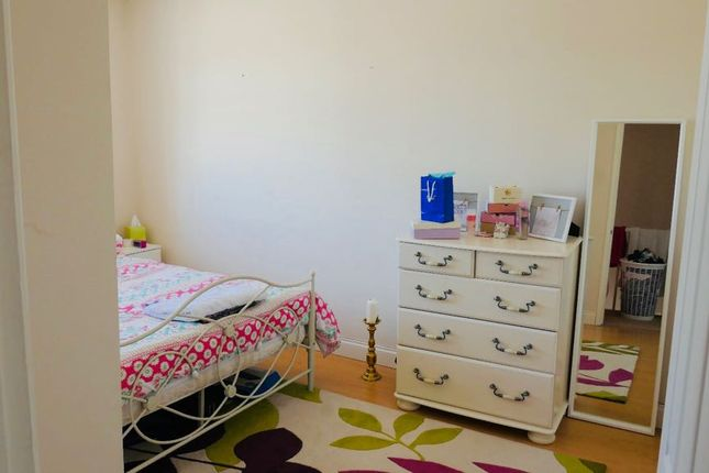 4 bed terraced house to rent in Thomswood Hill, Barkingside