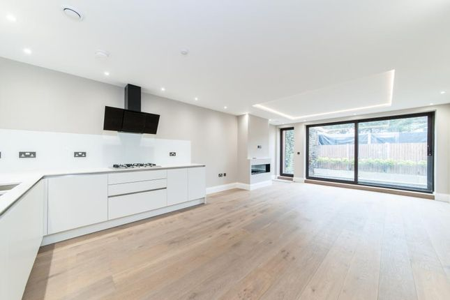 2 bed flat to rent in The Grove, London