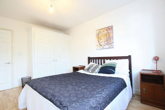 3 bed flat to rent in Hemming Street, London