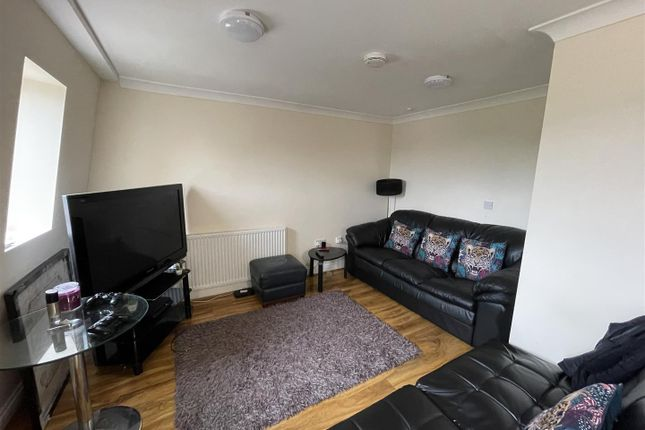 Thumbnail Flat to rent in Hanworth Road, Hounslow