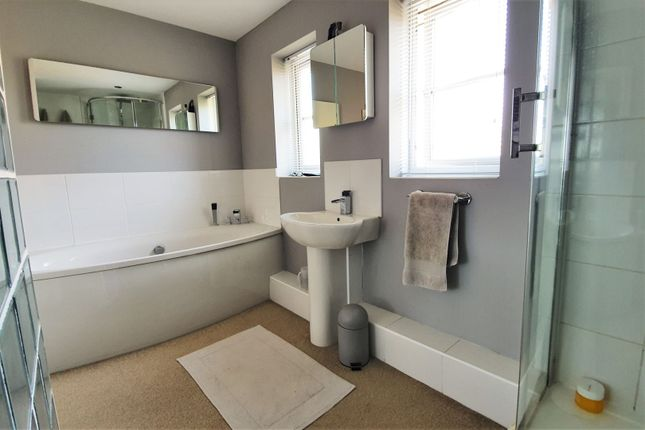 Master En-Suite of Barons Close, Leicester LE9