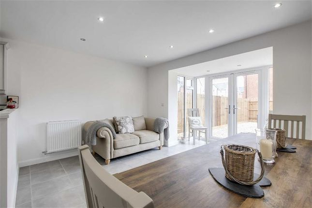 3 bed town house to rent in Bow Road, Broughton, Milton Keynes
