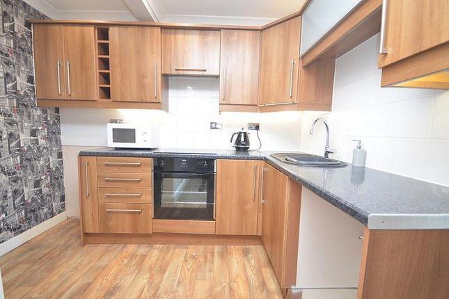 2 bed flat to rent in Wingletye Lane, Hornchurch RM11