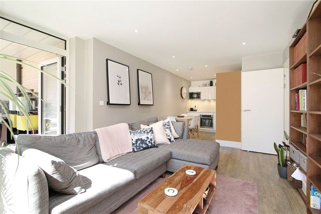 Picture No. 14 of Gordian Apartments, 34 Cable Walk, London SE10