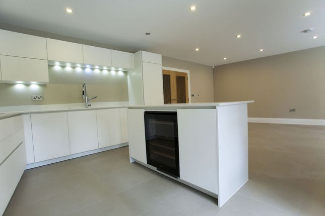 Thumbnail Town house to rent in Queen Elizabeth Crescent, Beaconsfield, Buckinghamshire