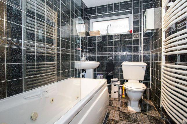 Family Bathroom of Alfriston Close, Luton LU2