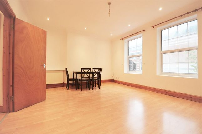 2 bed flat to rent in High Street, London W3