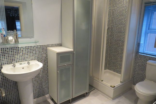 Ensuite of Willowmead Close, Scunthorpe DN15