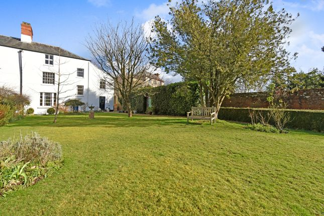 Thumbnail Flat for sale in Donnington Square, Newbury