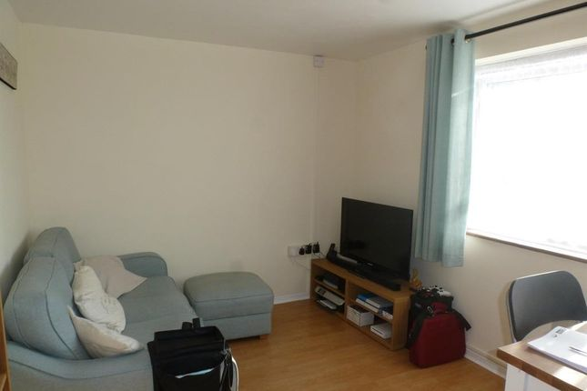 Flat to rent in Dearne Walk, Bedford