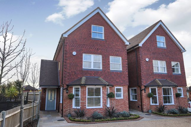 4 bed detached house to rent in Boundary Cottages, The Common, Cranleigh