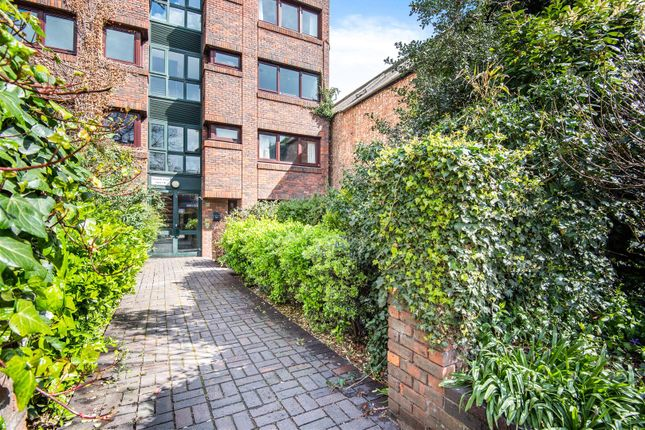 2 bed flat for sale in Brighton Road, Surbiton KT6