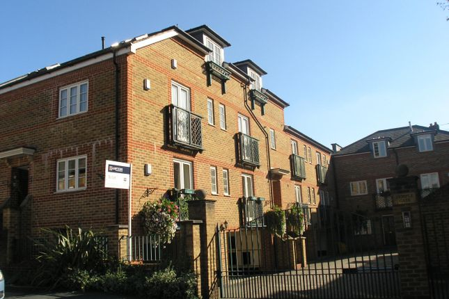 Thumbnail Flat to rent in Temple Road, Windsor