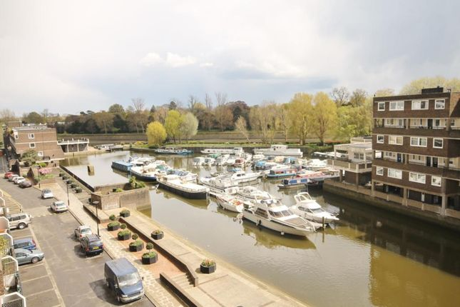 Thumbnail Flat for sale in Justin Close, Brentford