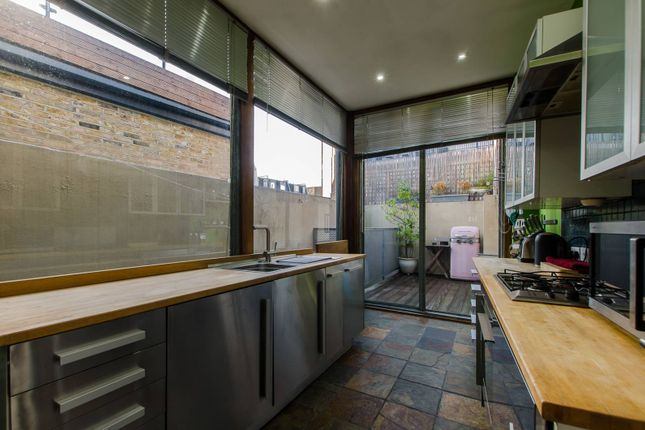 Thumbnail Flat to rent in Globe Road, Bethnal Green