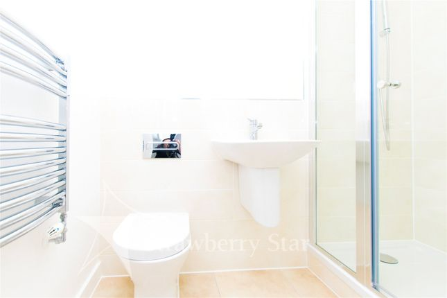 Ensuite of Bessemer Place, North Greenwich, London SE10