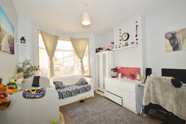 Thumbnail Flat for sale in Harton Road, London