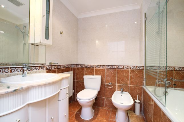 Bathroom of Copperfield Road, Mile End, London E3