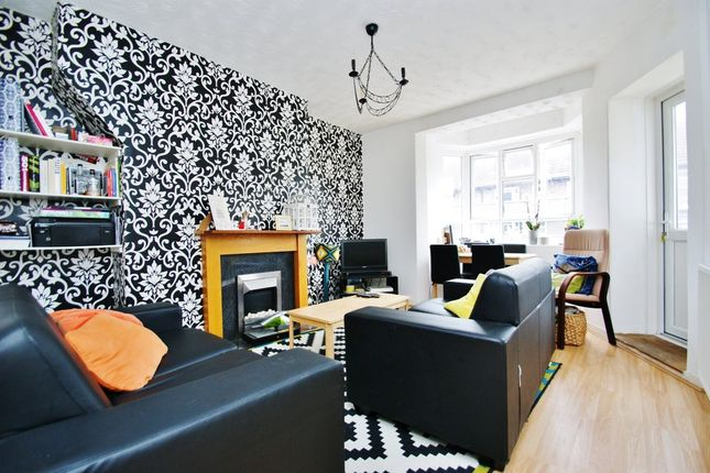 2 bed flat to rent in Lawrence Close, Australia Road, Shepherds Bush
