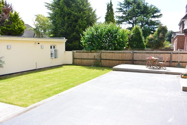 3 bed flat to rent in Green Lane, Hendon