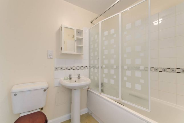 Thumbnail Flat to rent in The Roundway, Wood Green