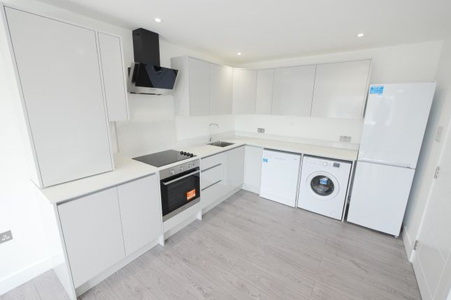 2 bed flat to rent in Station Crescent, Ashford TW15