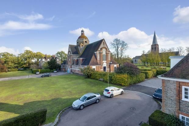 Picture No. 02 of North Square, Hampstead Garden Suburb, London NW11