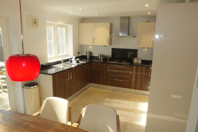 3 bed semi-detached house to rent in The Hollies, Uckfield TN22
