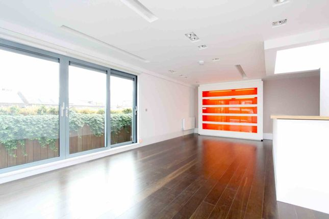 Thumbnail Flat to rent in Slingsby Place, London
