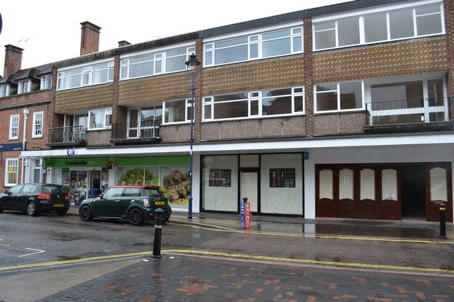 Retail premises to let in High Street, Alton