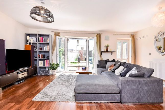 2 bed property for sale in Chestnut Grove, London