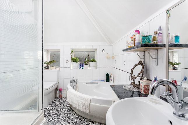 Bathroom of Old Oak Road, London W3