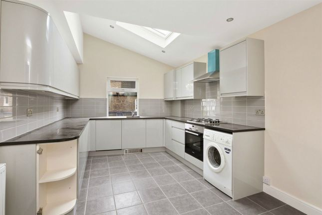 3 bed flat to rent in Wolseley Gardens, London