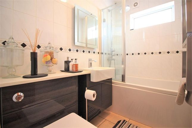 Family Bathroom of Ellington Road, Hounslow TW3