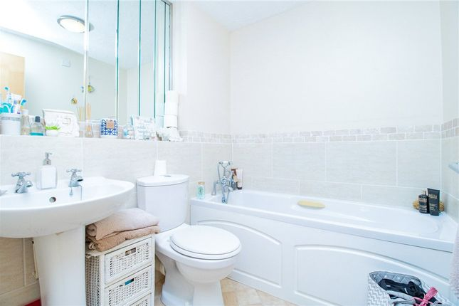 Family Bathroom of Shaw Park, Crowthorne, Berkshire RG45