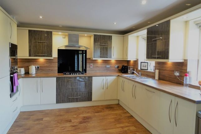 Thumbnail Town house to rent in Brook Crescent, Wakefield