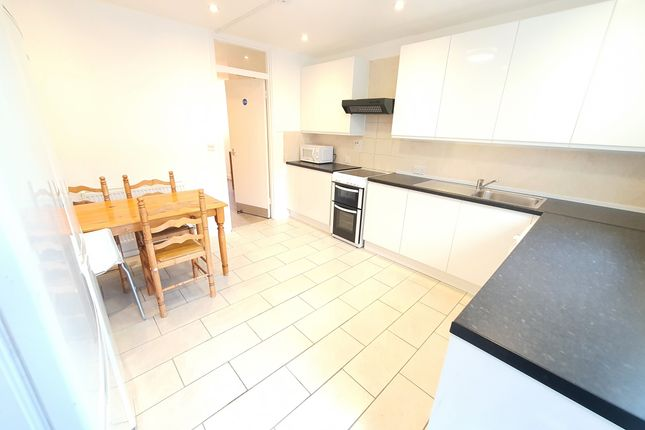 4 bed flat to rent in Culmore Road, Peckham SE15