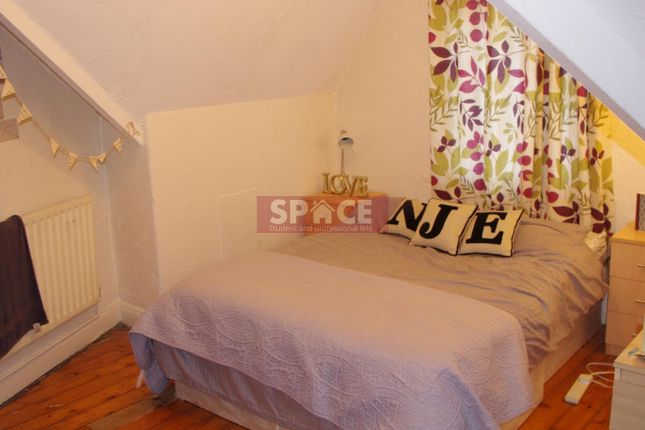 Thumbnail Terraced house to rent in The Crescent, Leeds