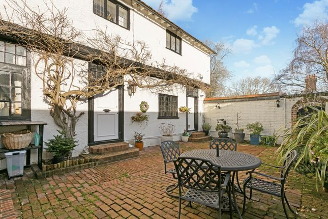 Thumbnail Flat to rent in Winter Hill, Cookham, Maidenhead