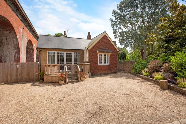 Thumbnail Bungalow to rent in River Road, Taplow, Maidenhead