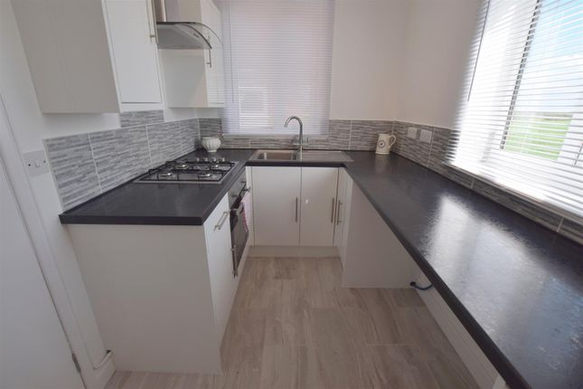 2 bed flat to rent in South View, Holton-Le-Clay, Grimsby DN36