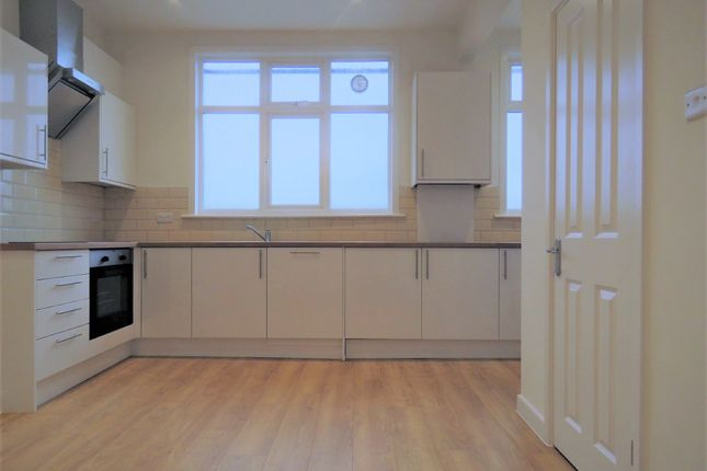 Flat to rent in Green Lanes, Palmers Green, London