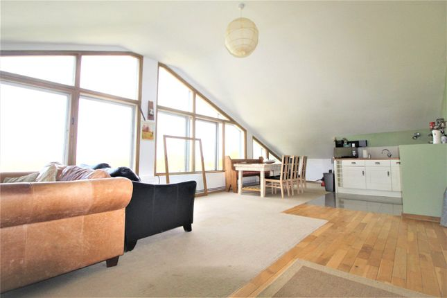2 bed flat to rent in Horns Oak Road, Meopham, Gravesend DA13