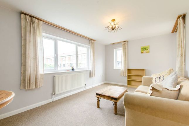 2 bed flat to rent in Belton Way, Mile End