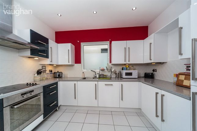 3 bed flat to rent in Sheffield Court, Kingscote Way, Brighton BN1