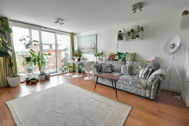 Thumbnail Flat for sale in Holland Gardens, Brentford